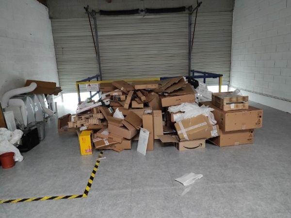 Débarras de cartons dans un entrepôt à Nantes